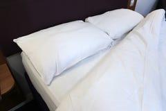 Bed in de hotelruimte Stock Afbeelding