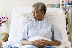 bed den höga sittande kvinnan för sjukhuset Arkivbild