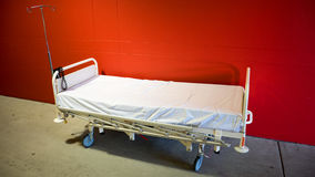 bed den små modern för det gröna sjukhuset nära nyfött s Royaltyfri Fotografi