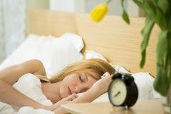 bed den sova kvinnan Arkivfoto