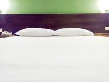 bed det moderna formatet för sovrumdoublekonungen Arkivbilder