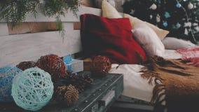 Bed dichtbij de Kerstboom De Decoratie van het nieuwjaar Kerstboomkegels stock video