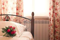 Bed dichtbij het venster met bloemen Stock Afbeelding