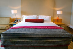 Bed in een ruimte van het luxehotel Stock Foto's