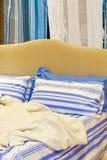 Bed en deken Royalty-vrije Stock Foto's