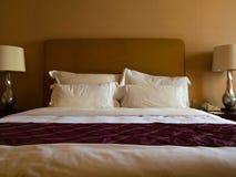 Bed en hoofdkussens Stock Afbeelding