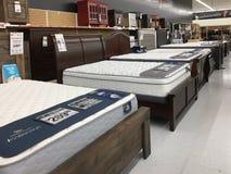 Bed en mattrress meubilair voor verkoop bij opslag royalty-vrije stock afbeeldingen