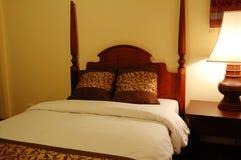 Bed en schemerlamp Royalty-vrije Stock Foto's