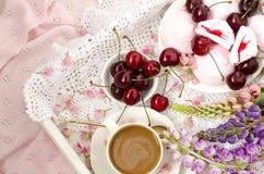 bed frukostromantiker övre sikt Royaltyfri Foto