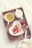 bed frukostromantiker Yoghurt med granola och jordgubbe I Royaltyfria Foton