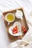 bed frukostromantiker Yoghurt med granola och jordgubbe I Royaltyfri Bild