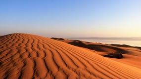 bed hans ljusa sova för manmorgon För Dawn With Deserts panoramasikt arkivbild