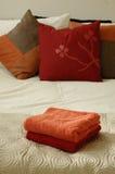 Bed, hoofdkussens en handdoeken Royalty-vrije Stock Afbeeldingen