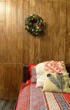 Bed in Kerstmis en Nieuwjaarbinnenland stock afbeelding