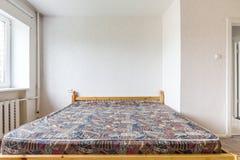 Bed in Lege Slaapkamer Royalty-vrije Stock Afbeeldingen