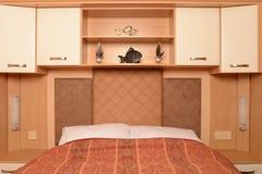 Bed met planken en kabinetten Royalty-vrije Stock Fotografie