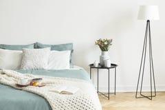 Bed met theekop, appelen en bosbessen op ontbijtdienblad en o stock foto