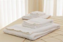 Bed met verse handdoeken Stock Afbeeldingen