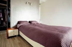 Bed in moderne slaapkamer Royalty-vrije Stock Afbeeldingen