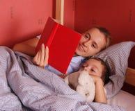 bed mum puts sonny to Στοκ φωτογραφίες με δικαίωμα ελεύθερης χρήσης