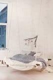 Bed, Skandinavische stijl, grijze plaid Stock Fotografie
