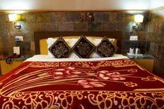 Bed in slaapkamer, huis binnenlands ontwerp Stock Foto's