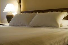 bed sorterad hotellkonunglokal fotografering för bildbyråer