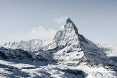 Bed?va sikt av landskapet f?r vinterMatterhorn berg i solig ljus dag royaltyfri bild