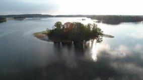 Bed?va solnedg?nglandskap Surrflyttningar till den lilla ön i sjön arkivfilmer