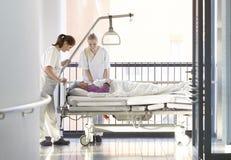 Bed van de verpleegsters het geduldige gang royalty-vrije stock fotografie