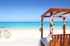Bed van hout in strand Caraïbisch overzees zand royalty-vrije stock foto's