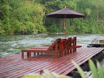 Bed voor het ontspannen dichtbij rivieroever Royalty-vrije Stock Afbeeldingen