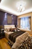 bed white för väggen för kudden för nightstand för sovrumfragmentlampan lyxig Royaltyfri Foto