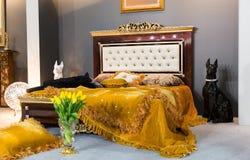bed white för väggen för kudden för nightstand för sovrumfragmentlampan lyxig Arkivbild