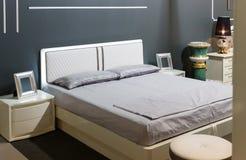 bed white för väggen för kudden för nightstand för sovrumfragmentlampan lyxig Arkivfoton