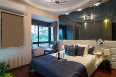 bed white för väggen för kudden för nightstand för sovrumfragmentlampan lyxig Arkivbilder