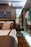 bed white för väggen för kudden för nightstand för sovrumfragmentlampan lyxig Royaltyfri Fotografi