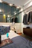 bed white för väggen för kudden för nightstand för sovrumfragmentlampan lyxig Fotografering för Bildbyråer
