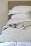 bed white för väggen för kudden för nightstand för sovrumfragmentlampan lyxig Arkivfoto
