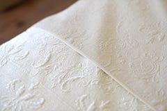 bed white för väggen för kudden för nightstand för sovrumfragmentlampan lyxig Royaltyfria Bilder