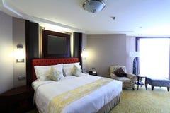 Bed in woonkamer Royalty-vrije Stock Foto's