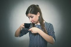 Bedarf am Kaffee Ein Mangel an Kaffee Kaffee und mehr Mädchen mit Tasse Kaffee Stockfoto