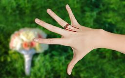 Bedauern für die neu-gemachte Braut über die Hochzeit lizenzfreie stockfotografie