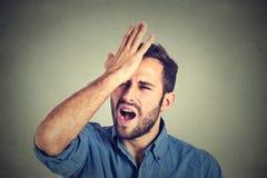 Bedauern schaden dem Handeln Mann, der einen duh Moment hat Stockfotos