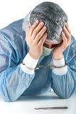 Bedauernder Verbrecher schuldigen Doktors des Ausfalls fesselte Chirurg lokalisiertes Porträt mit Handschellen Stockbilder