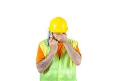 Bedauerndes Gewehr Ausfalltraurigkeit schuldiger manuel Arbeitskraft in der Hand lokalisiert auf weißem Porträt Stockbild