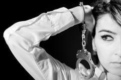 Bedauerndes Mädchen Büro in Schwierigkeiten mit Handschellen gefesselt lokalisiert auf dem schwarzen Hintergrund Schwarzweiss lizenzfreies stockfoto