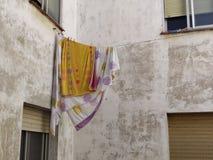 Bedbladen die op de kabel hangen royalty-vrije stock foto's