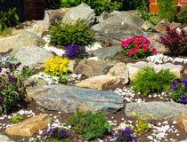 Bedbloemen en stenen Royalty-vrije Stock Afbeeldingen