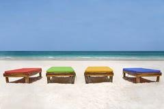 Bedchairs dans différentes couleurs faisant face à la mer Image libre de droits